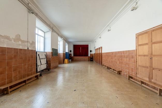 Intérieur d'une grande pièce