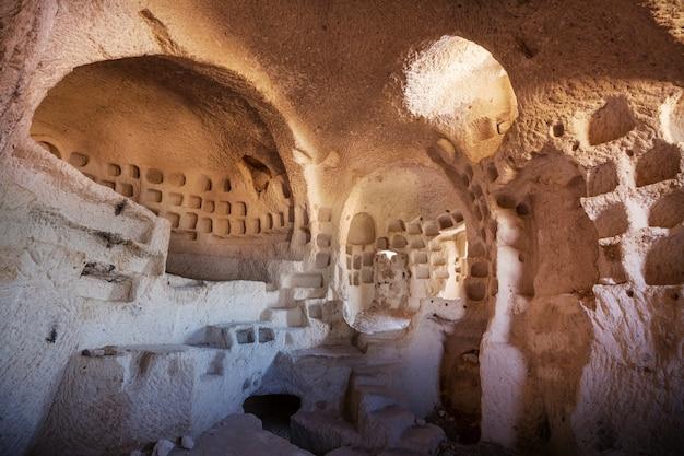 Intérieur de la grotte antique en cappadoce, turquie