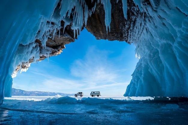 À l'intérieur de la grotte de glace bleue avec un couple amoureux au lac baïkal, en sibérie, dans l'est de la russie.