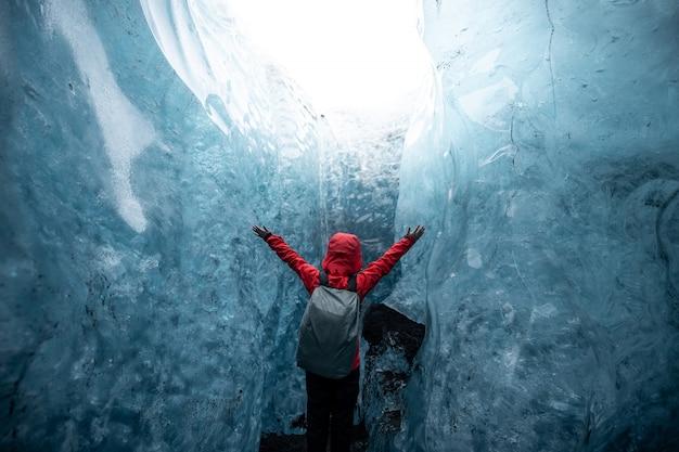 À l'intérieur d'une grotte de glace de glacier en islande