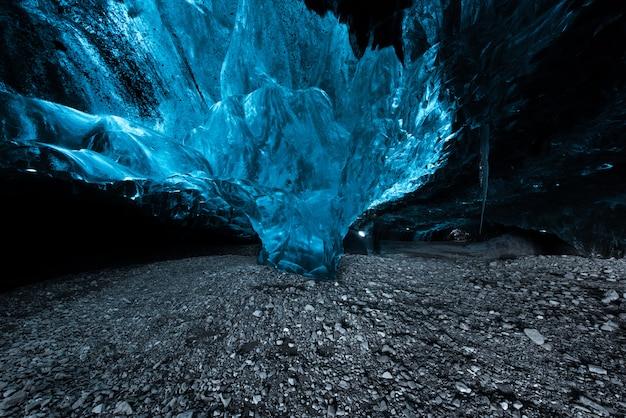 À l'intérieur d'une grotte de glace en islande