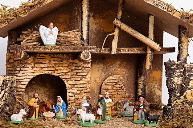 Intérieur hygge de noël avec crèche de noël avec la sainte famille et trois sages