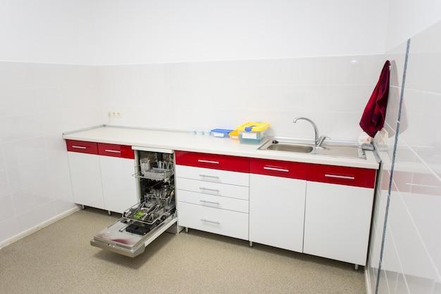 Intérieur de laboratoire dentaire en rouge et blanc