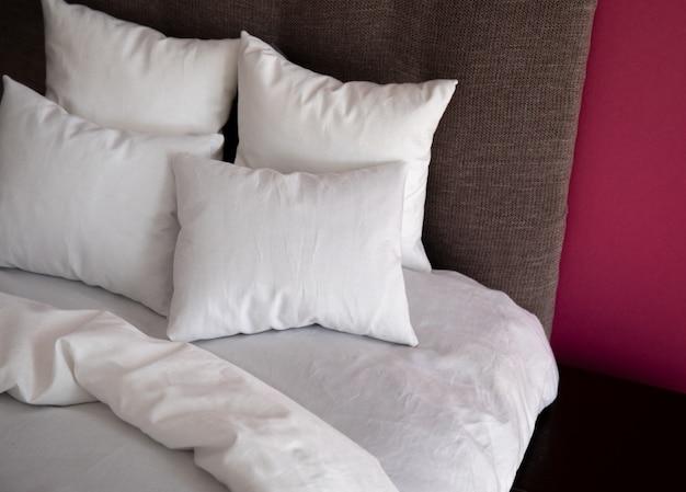 Intérieur avec lit et murs colorés