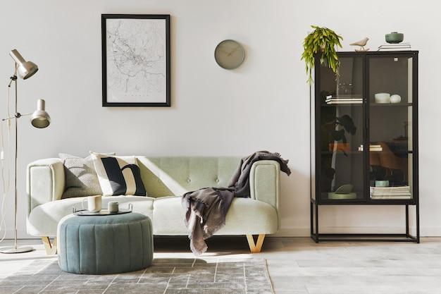 Intérieur loft élégant avec canapé vert, pouf design, maquette d'affiche, meubles, tapis, plantes, décoration et accessoires élégants. décoration d'intérieur moderne. modèle.