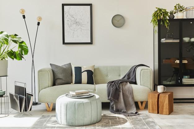 Intérieur loft unique avec canapé vert confortable, mobilier design, maquette d'affiche, tapis, plantes, décoration et accessoires élégants. décoration d'intérieur moderne dans le salon. mur blanc. modèle.
