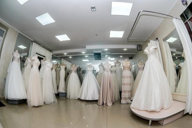 Intérieur de magasin avec des robes de mariée sur des mannequins