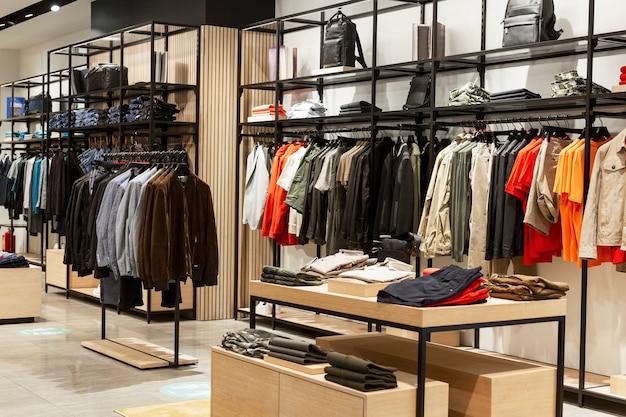 Intérieur d'un magasin de vêtements pour hommes. style et mode.