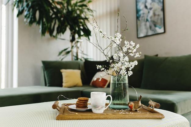 Intérieur de la maison. biscuits, café. couleur du pommier, oiseau.