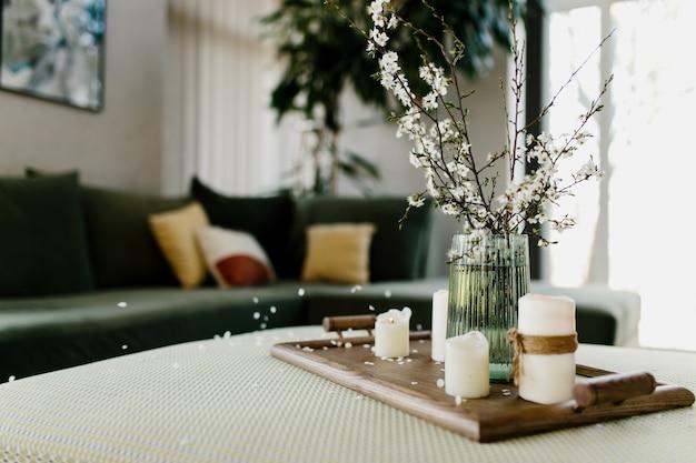 Intérieur de la maison. bougies relaxantes. la couleur du pommier a volé. arrière-plan flou.