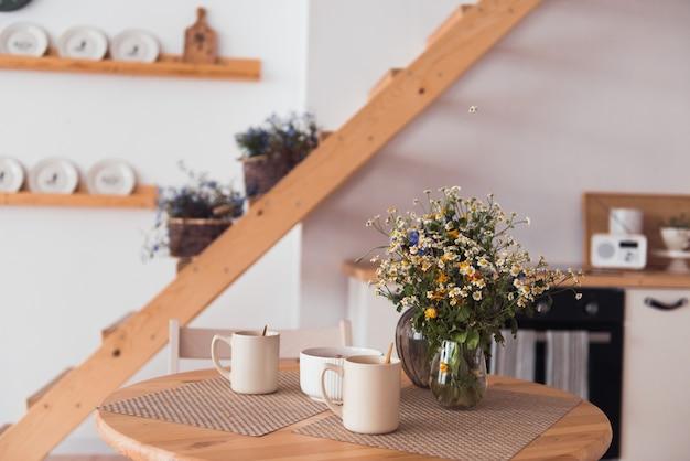 Intérieur de maison de campagne moderne détails en bois cuisine de style écologique