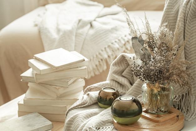 Intérieur de la maison avec des livres et des fleurs séchées.