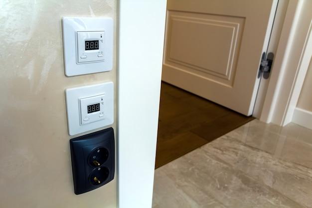 Intérieur de maison moderne avec des panneaux de contrôleur de sol chauds sur le mur