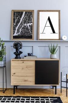 Intérieur de la maison scandinave du salon avec deux cadres d'affiches simulés, commode en bois, horloge, plantes, décoration, tapis et accessoires élégants dans un décor élégant.