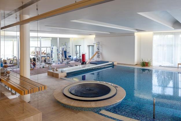 Intérieur d'un manoir confortable avec salle d'entraînement, piscine intérieure et jacuzzi