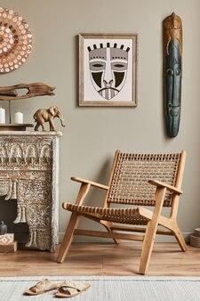 Intérieur méditerranéen chic du salon avec cadre, fauteuil design, étagère, décoration, tapis et accessoires personnels élégants dans une décoration élégante.