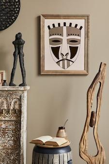 Intérieur méditerranéen chic du salon avec cadre, tabouret design, décoration et accessoires personnels élégants dans un décor élégant.