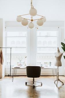 Intérieur minimal du lieu de travail du créateur de mode