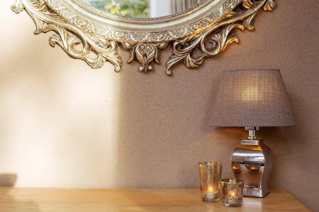 Intérieur avec miroir et lampe de décoration et bougies avec mur marron