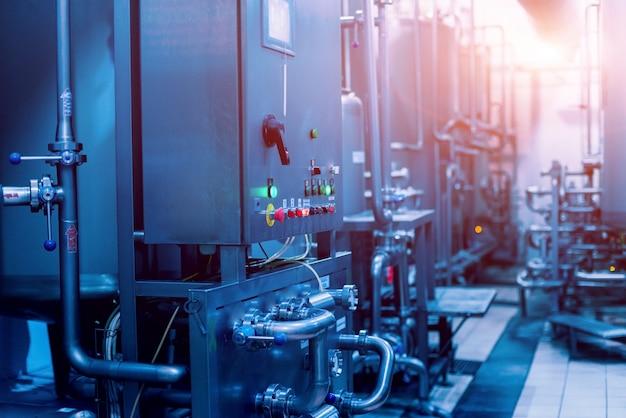 Intérieur moderne d'une brasserie. barils et tuyaux. intérieur de l'usine.