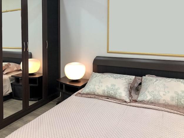 Intérieur moderne de la chambre avec lit king size décoré de coussins