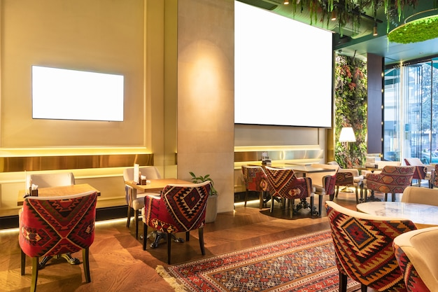 Intérieur moderne et confortable du restaurant, salon de thé avec écran de projection blanc