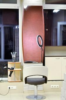 Intérieur moderne du salon de beauté et du lieu de travail du coiffeur spécialiste de la beauté.