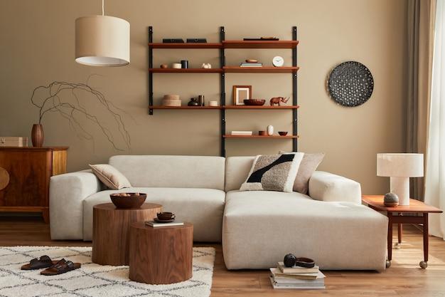 Intérieur moderne du salon avec canapé beige modulable design, table basse, meubles, suspension, étagère, chaussons, tapis, décoration et accessoires personnels élégants dans la décoration intérieure. modèle.