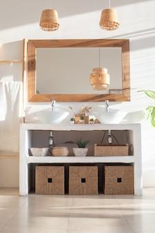 Intérieur moderne et élégant d'une salle de bains lumineuse et blanche avec deux lavabos