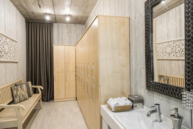 Intérieur moderne d'une salle de douche avec lavabo