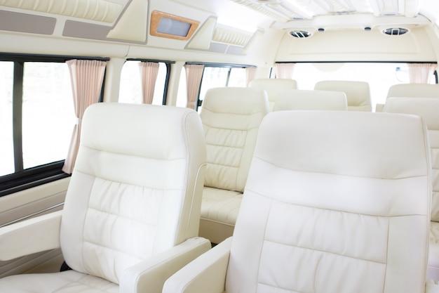 Intérieur moderne d'une voiture neuve