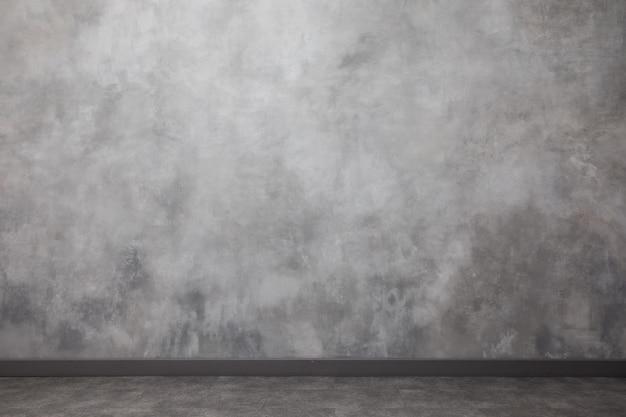 Intérieur avec le mur peint dégradé. surface inégale avec copie espace. mur gris clair avec des taches et des rayures abstraites.