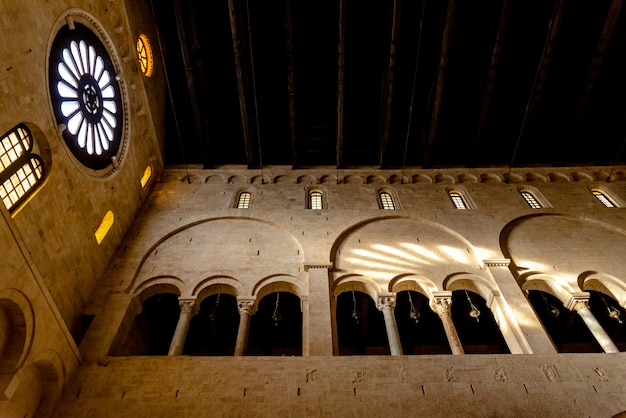 Intérieur de la nef principale de la basilique-cathédrale de san sabino à bari.