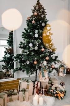 Intérieur de noël décoré sapin décoré de guirlandes décor happy new year