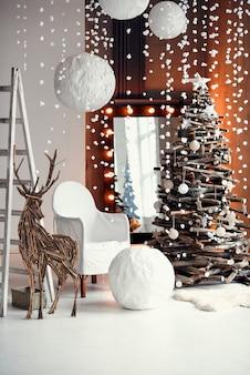 Intérieur de noël élégant décoré dans un style rustique. décorations festives faites à la main. confort familial à domicile.