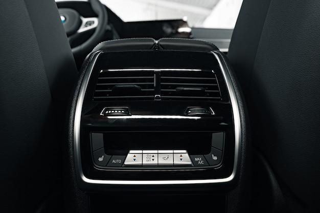 Intérieur de la nouvelle voiture confortable de prestige photo en gros