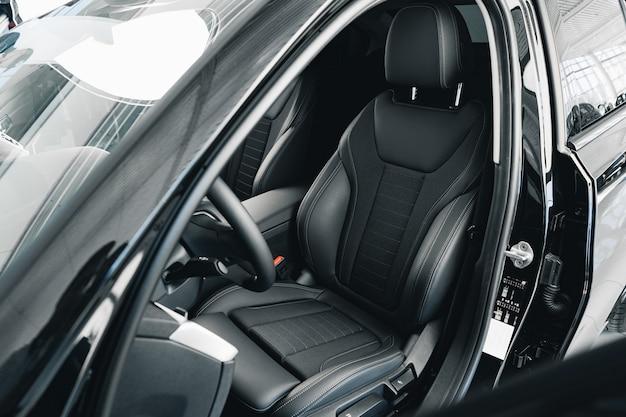 Intérieur de la nouvelle voiture confortable de prestige