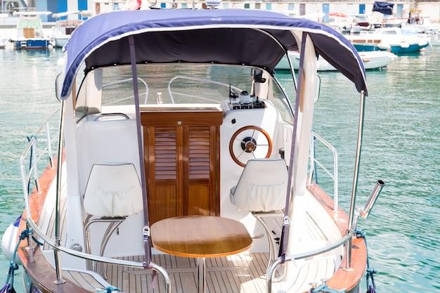 Intérieur d'un petit yacht au port