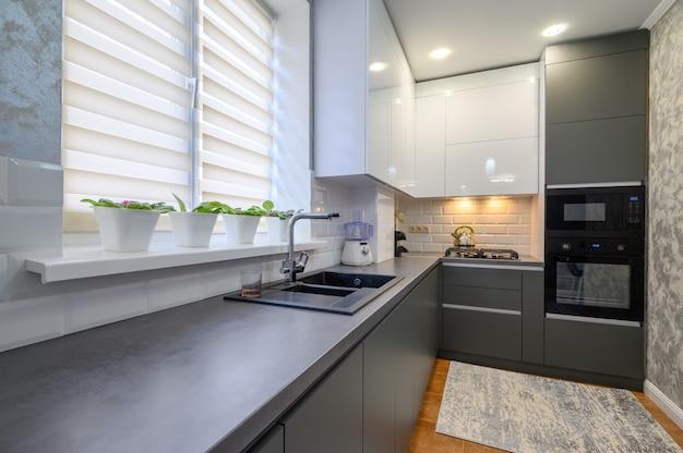 Intérieur de petite cuisine gris foncé moderne