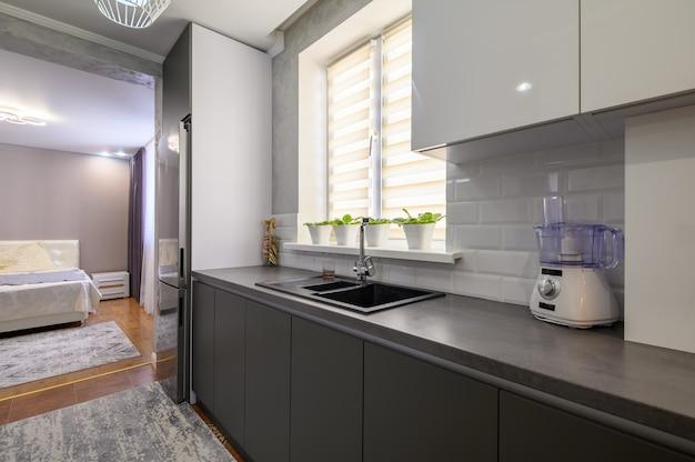 Intérieur de petite cuisine moderne gris foncé