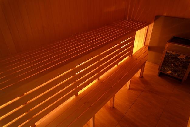 Intérieur de petite maison sauna en bois