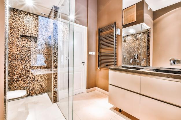 Intérieur de petite salle de bain propre aux couleurs chaudes