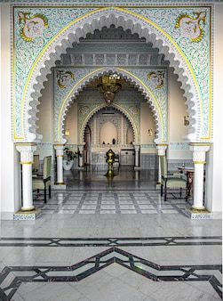 L'intérieur de la pièce est de style islamique traditionnel avec de nombreux détails et ornements.