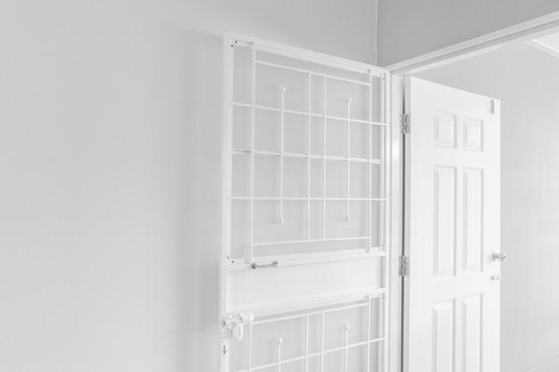 Intérieur de la pièce avec porte blanche
