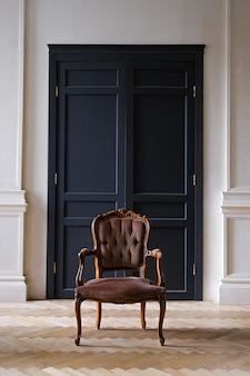 Intérieur de la pièce avec un style rétro avec chaise antique