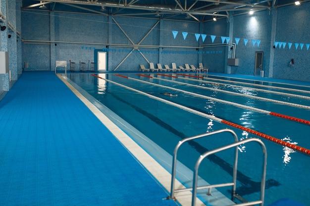 Intérieur de piscine sportive
