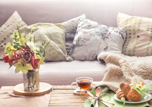 Intérieur de printemps confortable et confortable dans le salon
