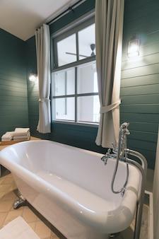 Intérieur de la salle de bain avec baignoire blanche