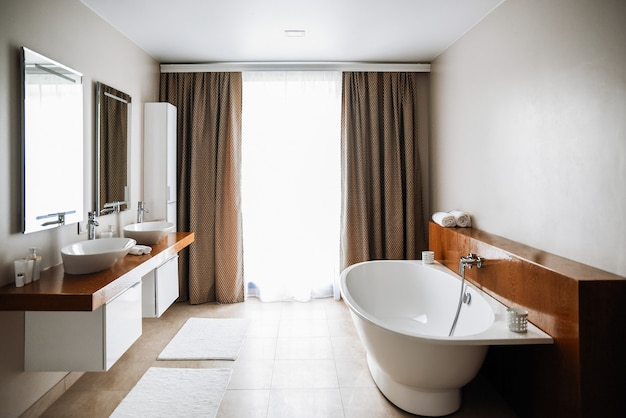 Intérieur de salle de bain contemporain, grand design.