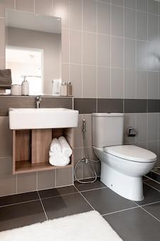 Intérieur de la salle de bain avec évier et robinet